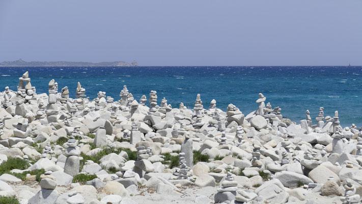 Ein Meer von Steinmännchen an der Spiaggia Carbonara