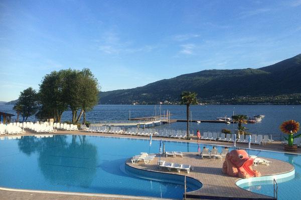 Blick vom Camping-Restaurant auf Pool und Lago