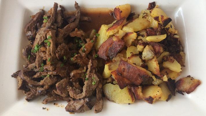 Leber mit Bratkartoffeln und Salat