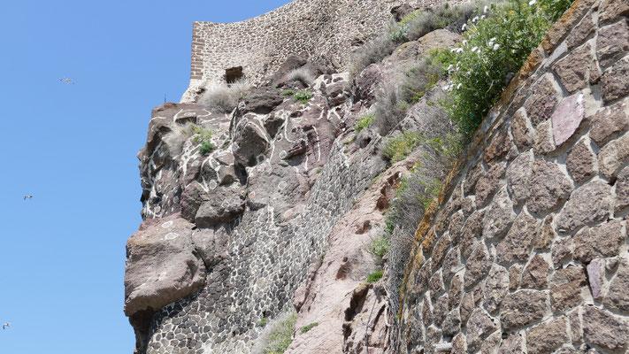 Felsen unterhalb des Kastells
