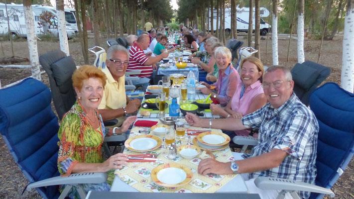 Gemeinsames Abendessen auf einer ellenlangen Tafel. Wir saßen direkt am Grill