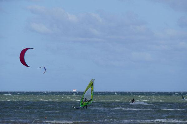 Sufer und Kite-Surfer auf dem Mar Menot