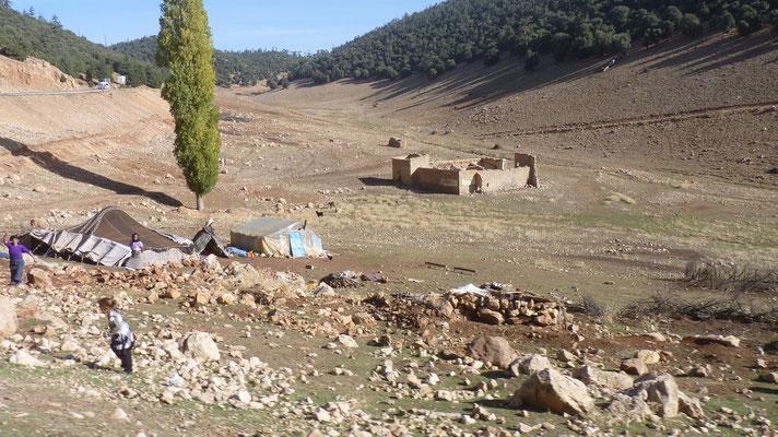 Eine Nomadenfamilie vor ihrer Behausung
