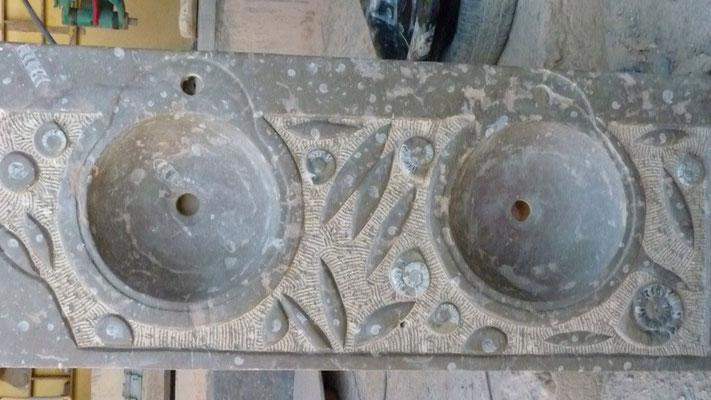 Waschbecken aus Fossilmarmor. Die enzelnen Fossile werden von den Steinmetzen herausgearbeitet