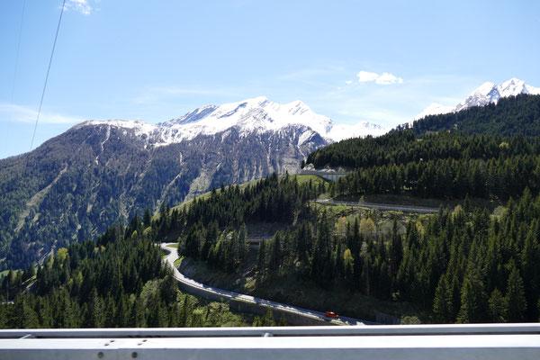 Abfahrt vom Tunnel in Richtung Tessin