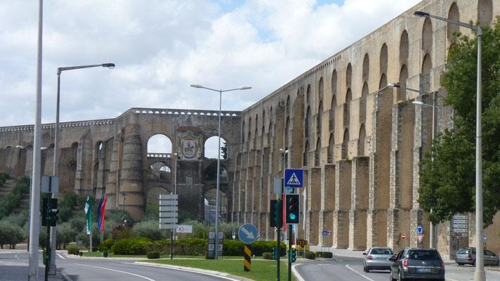 Eine extrem lange historische Mauer in Elvas (Portugal)
