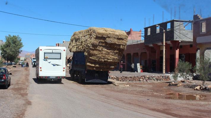 Die LKWs sind hier oft leicht überladen