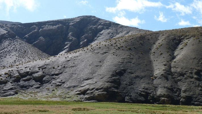 Die Berge im Hohen Atlas sind entweder rostbraun oder schwarz