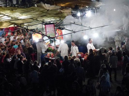 Die Garküchen auf dem Djem el Fnaa. Wir waren dort zu einem leckeren Abendessen eingeladen