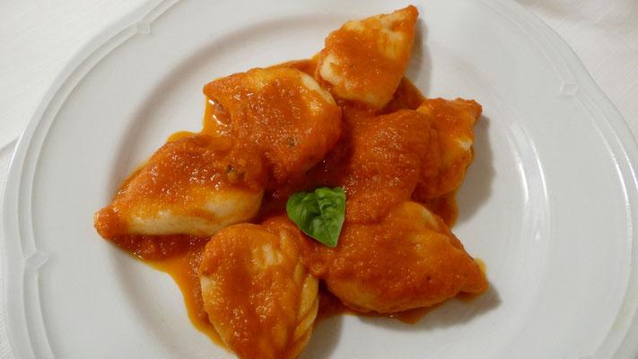 Cullurgiones all'ogliastrina - Kartoffel-Ravioli in Tropfenform gefüllt mit Ricotta und Minze