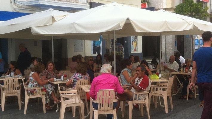 In vielen Bars und Cafes sitzen Einheimische und palavern. Und das am Montag Vormittag