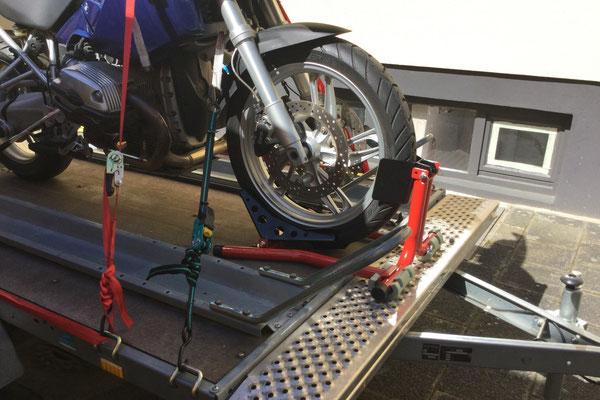 Die neue Motorradhalterung über der Deichsel