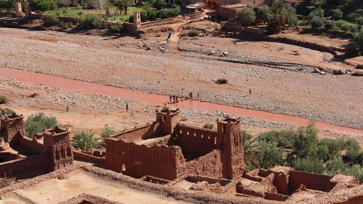 Zwischen altem und neuen Teil von Ait Ben Haddou ist ein Flussbett