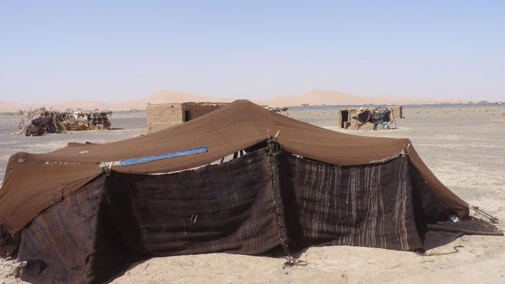 Behausung einer Nomadenfamilie, die hier sesshaft geworden ist