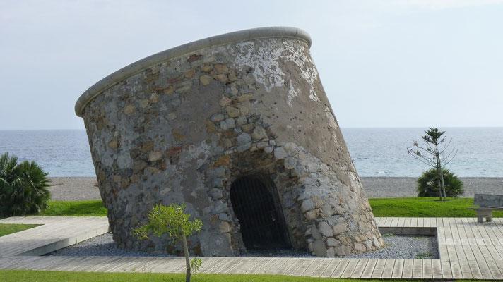 Einen schiefen Turm gibt es nicht nur in Pisa. Gesehen am Strand von CalahonddGewä östlich von Mitril