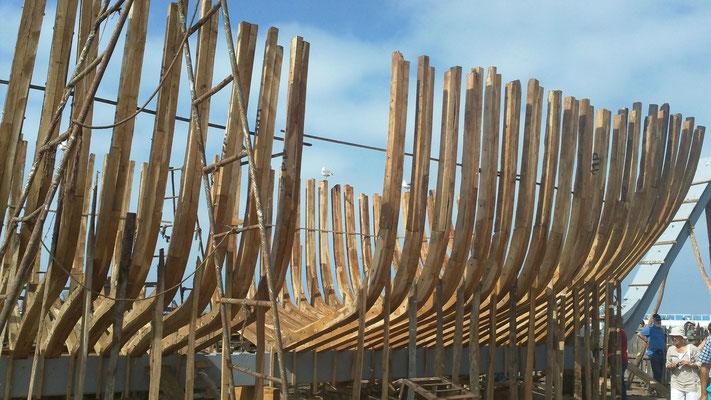 Bau eines neuen Hochseebootes aus Eukalyptusholz in vollständiger Handarbeit