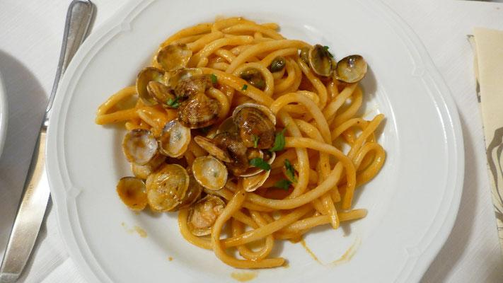 Maccarone de busa all'algherese - Selbstgemachte Makkaroni auf Tomatensauce mit Muscheln, Kapern und Oliven