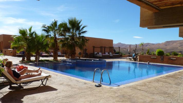Den Nachmittag genießen wir am Pool unseres Hotels