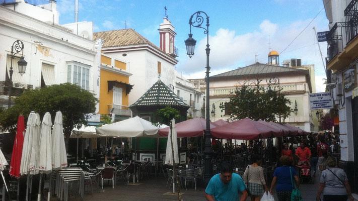 In der Altstadt von Sanlucar gibt es viele Gassen und Plätze mit Geschäften, Bars und Restaurants