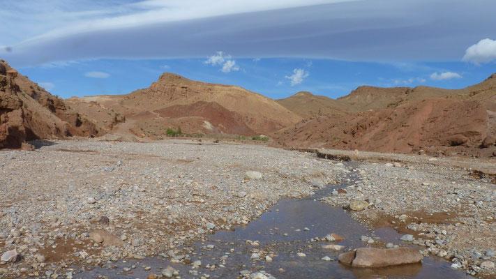 Zu Beginn ist das Tal nocht breit und beherrscht von dem Fluss, der bei der Schneeschmelze in der ganzen Breite anschwillt