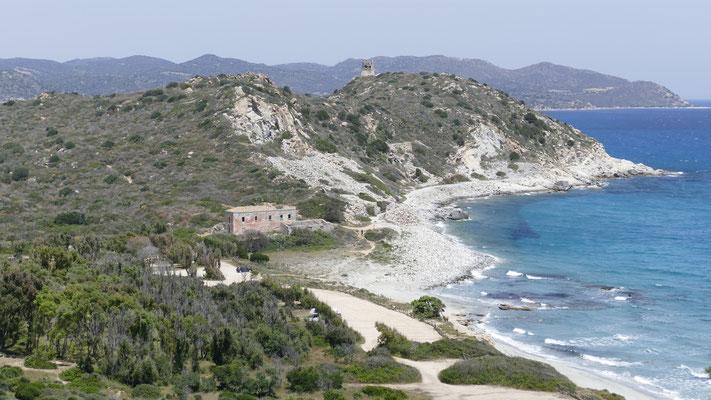 Die Spiaggia Carbonara, davor ein großer Parkplatz, Ideal zum Übernachten falls erlaubt