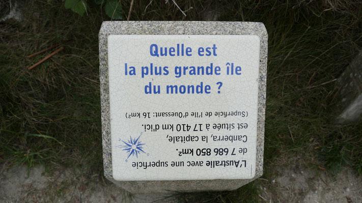 Auf dem kurzen Weg zum Pointe de Corsen gibt es schiedene Rätsel zu lösen.