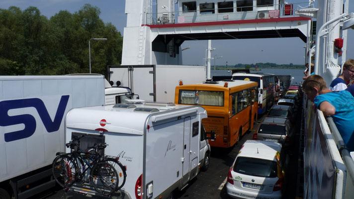 Gleich hinter der Grenze in Polen muss man auf eine Fähre (kostenlos)