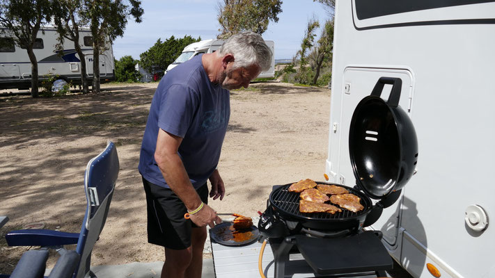 Ove ist mit Grilllen dran. Es gibt zuerst leckere Steaks und danach Niedertemperatur-Würstchen