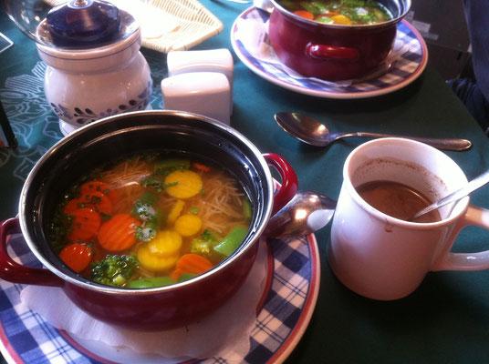 Unser Mittagessen: Heiße Schokolade und leckerer Suppentopf