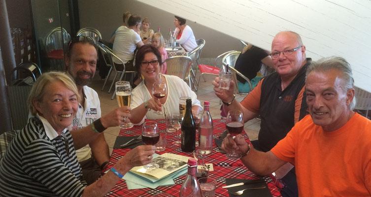 Torsten, seine Frau Beate, Dieter und wir im Camping-Restaurant