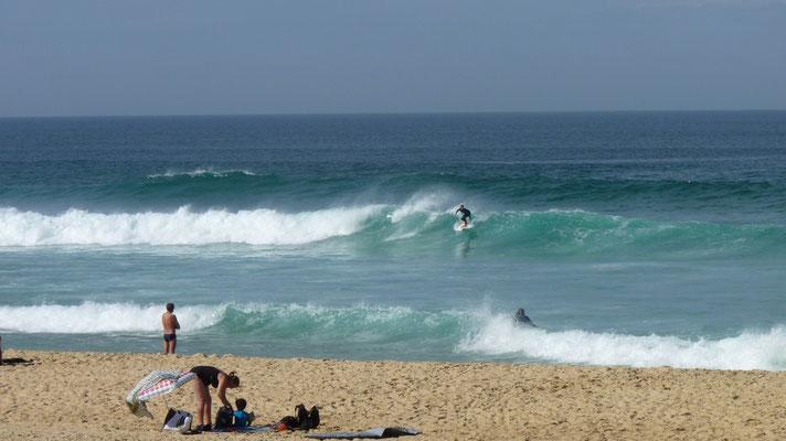 Hier wird gesurft, bei den Wellen!