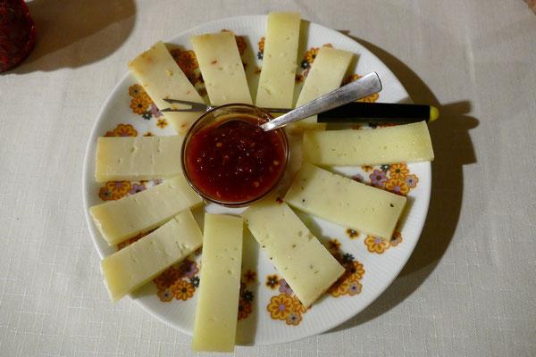 Verschiedene Käse mit Marmelade vom Peperoncino