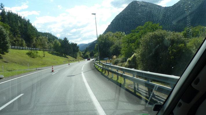 Auf der spanischen Autobahn durch die Pyrrenäen