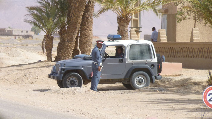 Überall gibt es Polizeikontrollen. Nur für die Einheimischen, Touristen werden immer durchgewunken