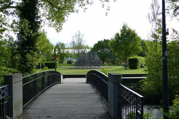 Brücke über die Ache mit Blick auf das Gelände der Landesgartenschau