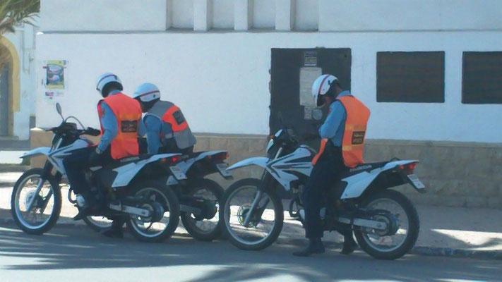 Unsere Beschützer auf den Moppeds. Dazu gab es noch einen Lieferwagen der Securite Nationale mit 3 Beamten in Zivil