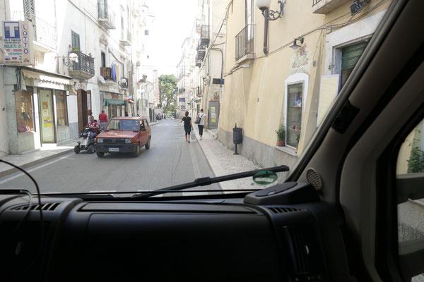 Durchfahrt durch die engen Straßen von Rodi Garganico