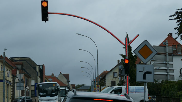 Moderne Ampelanlage, die insbesondere bei Rot nicht zu übersehen ist