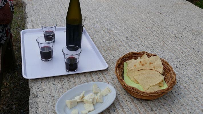 Rotwein Cannnau, Pecorino, Brot Carasau