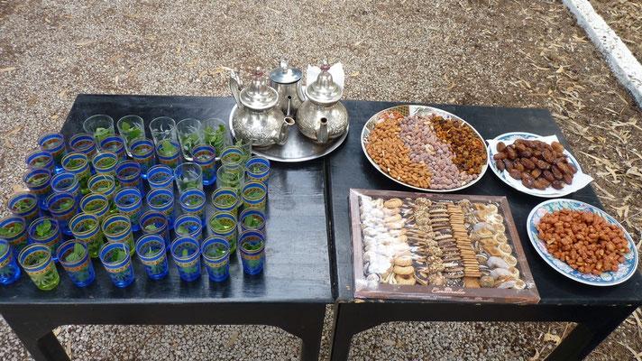 Zur Begrüßung nach dem ersten Marokkotag gab es auf dem Campingplatz einen hervorragenden Pfefferminztee, leckere Datteln, Nüsse, Mandeln und marokkanische Kekse