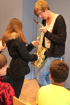 Marlene Dürst stellt das Saxophon vor