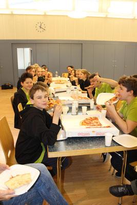 Gemeinsame Pizzaessen nach dem ersten JUMU-Konzert!