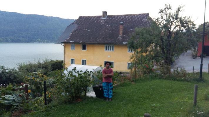 Der Kammerhofer vor dem Haus des ehemaligen Thomelebauern