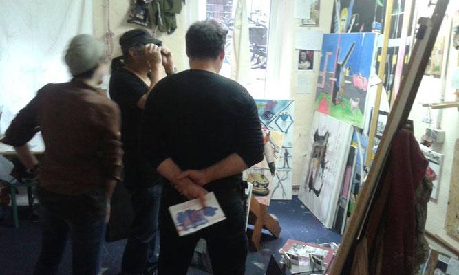 Jasmin Edelstein mit interessierten Besuchern