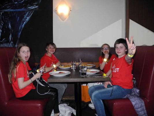 Auf der After-Show-Party: Essen und Trinken satt