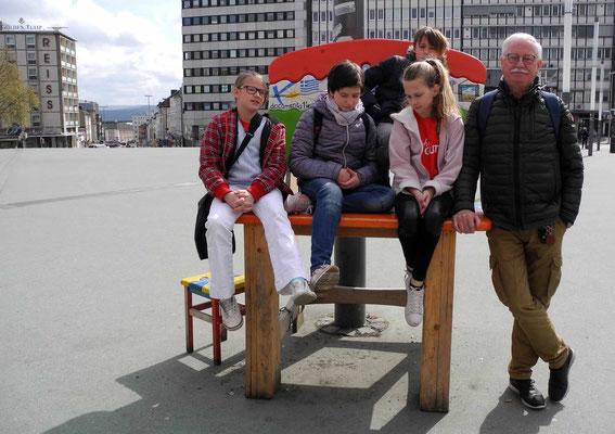 Stuhlgang auf dem Bahnhofsvorplatz