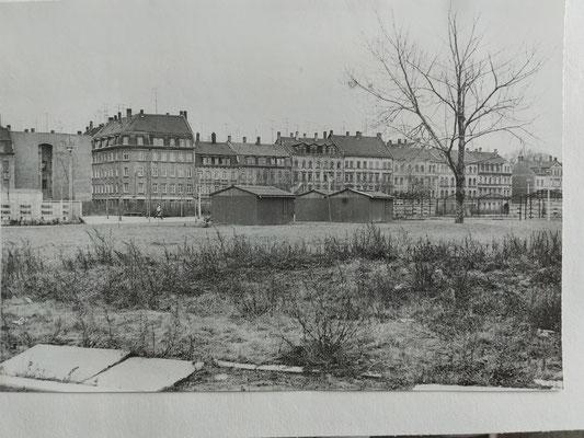 ...über das abgeräumte Rabet hinweg; Blick auf unser Haus Dezember 1982