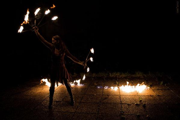 Feuershow mit Feuerfächer
