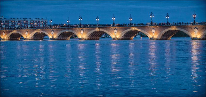 Bordeaux: le pont de pierre entre chien et loup.