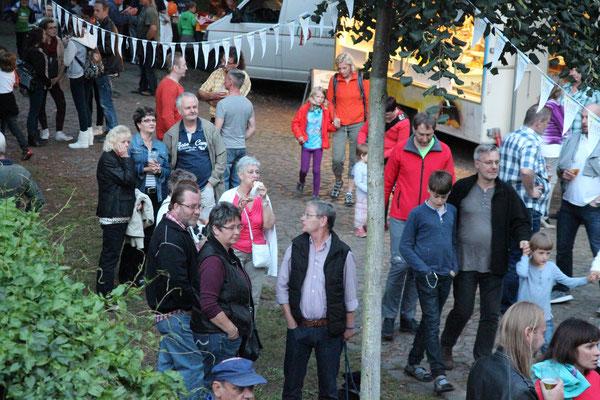 .. das Fest ist gut besucht.. Foto Ralf Hiller